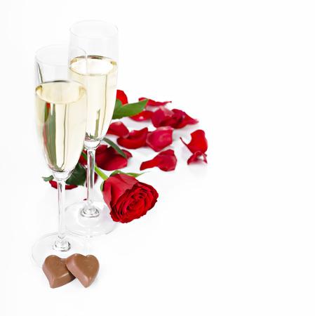 Rose, champagne e cioccolatini su uno sfondo bianco Archivio Fotografico - 35177664