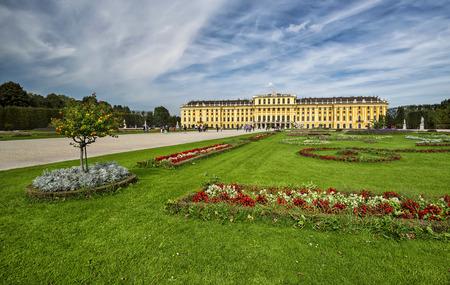 schonbrunn palace: A view of the Schonbrunn palace in Vienna and its beautiful gardens