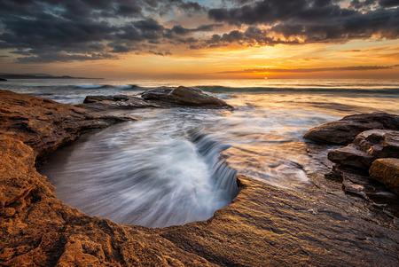 ブルガリアの黒海沿岸の壮大な海の日の出