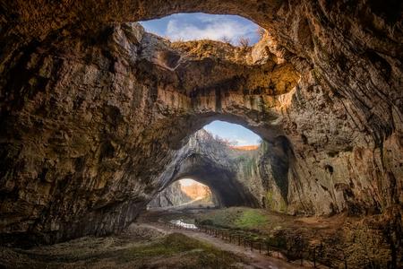 armonia: La cueva - magnífica vista de la cueva Devetaki, Bulgaria Foto de archivo