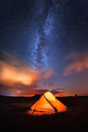 Miljoen sterren hotel. Lange tijd blootstelling nacht landschap met Melkweg boven een nacht gebied met een tent