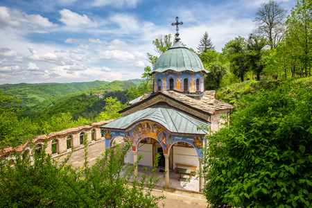 ブルガリア正教会の修道院。 ガブロヴォ、ブルガリアに近い「Sokolski 修道院」の表示。 写真素材 - 56395863