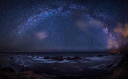 바다 위에 은하수. 검은 바다 위의 은하와 함께 긴 시간 노출 밤 풍경.