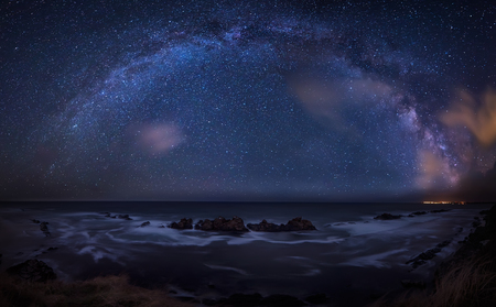 Melkweg over de zee. Het lange landschap van de blootstellingsnacht met Melkwegmelkweg boven de Zwarte Zee.