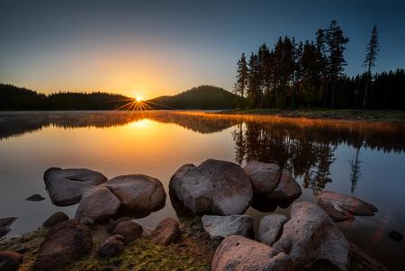 湖の日の出。美しい朝焼けと Rhodopi 山、ブルガリアのシロカ ・ ポリャーナ ダム。