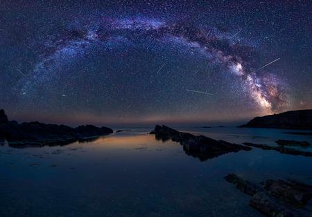 은하수와 페르세우스. 불가리아 흑해 위의 Perseids 흐름 중 은하계와 오랜 시간 노출 야간 풍경. 스톡 콘텐츠