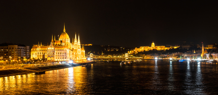 Amazing night view with Danube river, Parliament, Castle in Budapest, Hungary Archivio Fotografico - 126045601