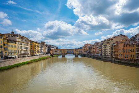 Vista panoramica di giorno del famoso Ponte Vecchio sul fiume Arno a Firenze, Italia.