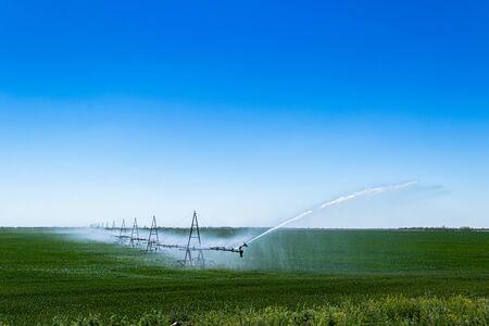 Crop Irrigation using the center pivot sprinkler system 免版税图像