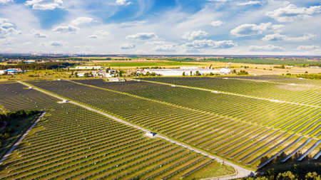 Solar panels power plant using renewable solar energy with sun 免版税图像