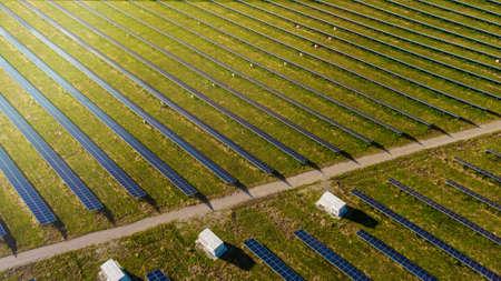 Solar panels power plant using renewable solar energy with sun 免版税图像 - 150920727