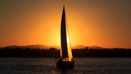 silhouette sailboat against sunset 版權商用圖片
