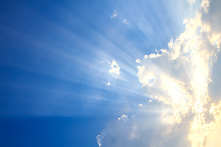 빛의 빔과 구름