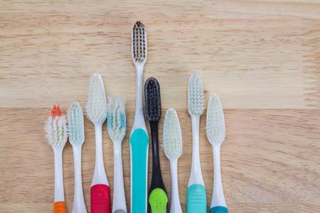 instrumental medico: Cepillos de dientes viejos en el fondo de madera Foto de archivo
