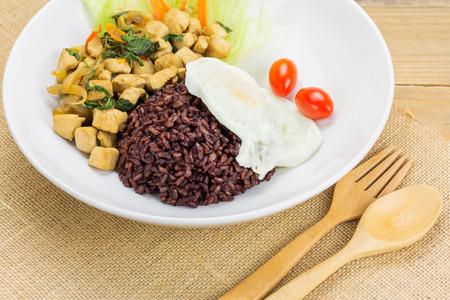 santa cena: Pollo frito picante con hojas de albahaca y arroz