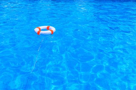 natacion: Salvavidas flotando en una piscina