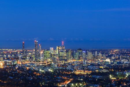 Night View of the Brisbane City from Mount Coot-tha. Queensland, Australia. Standard-Bild