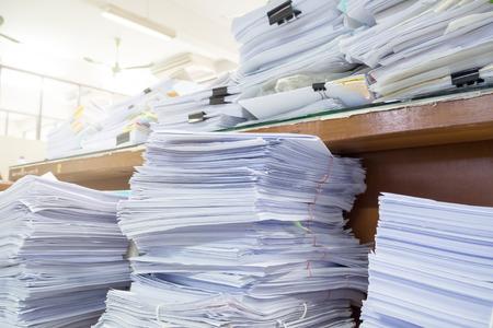 oficina desordenada: escritorio de oficina desordenada, sin terminar mont�n de papeler�a