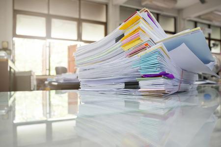 Stapel van onvoltooide documenten op bureau, Stapel businesspaper Stockfoto