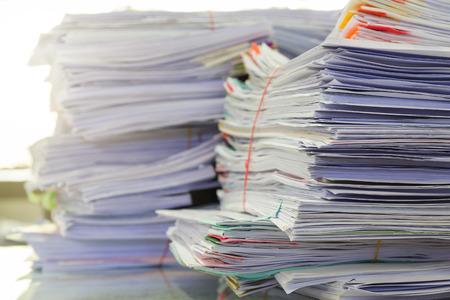 Concepto de negocio, pila de documentos de negocios sin terminar en el escritorio de la oficina, la pila de papel de negocios Foto de archivo - 67105800
