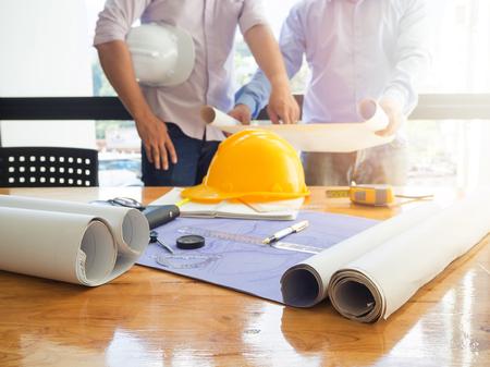 Architect concept, Architecten werken met blauwdrukken in het kantoor