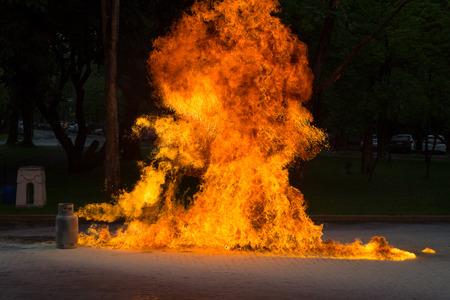 Llama de gas y explosivo del tanque de gas Foto de archivo - 81033171