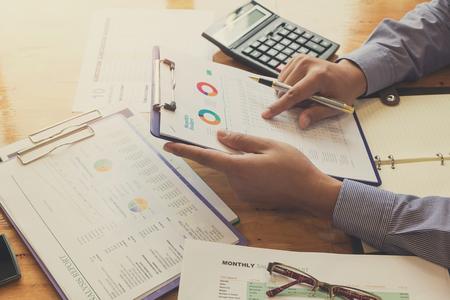 Business concept van kantoor werken met analyse grafiek, vintage effect