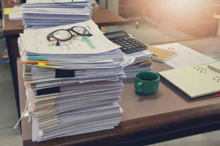 Negocios y finanzas concepto de oficina de trabajo, Pila de documentos sin terminar en el escritorio de oficina, Pila de papel de negocios Foto de archivo - 90814829