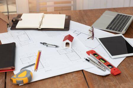 Ingenieur en architect concept, ingenieur architecten office team dat werkt met blauwdrukken