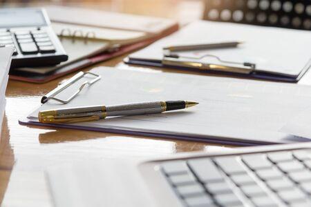 Geschäfts- und Finanzkonzept der Büroarbeit, Nahaufnahme Stift auf Büroplatte mit Berichtsdiagrammhintergrund