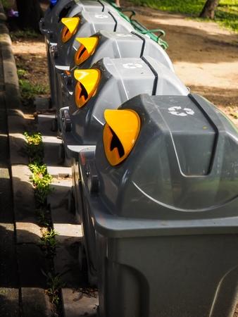 ごみ箱には日光の公園 写真素材