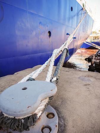 船の長さのロープでドックに結びついています。 写真素材