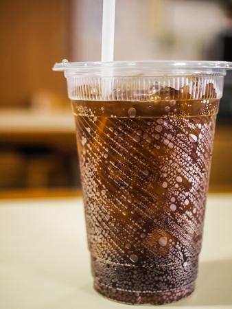 清涼飲料のプラスチック ガラス アイスを添え 写真素材