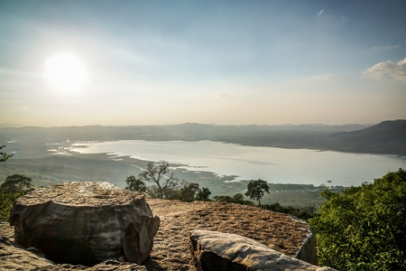 タイで太陽光で大きな崖の上