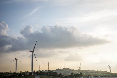 田舎で丘の上の風力発電施設