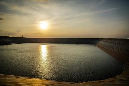 夕暮れ時のダムの素晴らしい景色
