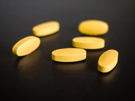 錠剤が黒の背景上に配置 写真素材