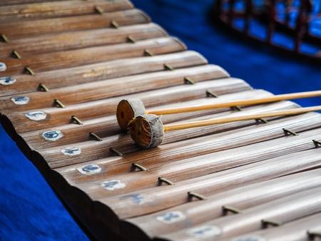 木材の音符を示すタイ語の文字で作られたタイの木琴