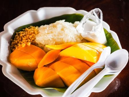 マンゴーともち米のココナッツ ミルクは、タイの夏の最も人気のあるデザート