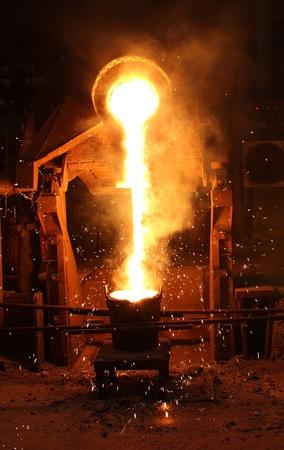 siderurgia: Metal l�quido de la metalurgia ferrosa cuchara de colada Editorial