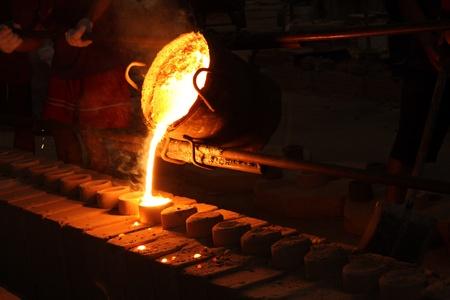 melting: metal fundido se vierte desde la cuchara de colada para