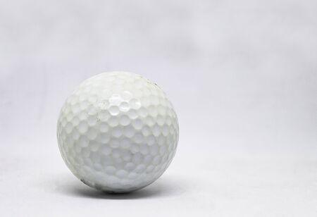 Oude golfbal op een witte achtergrond