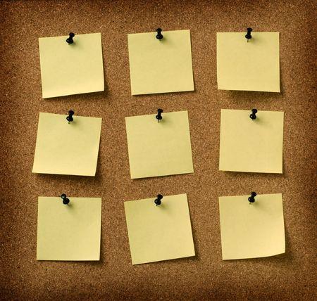 hacer: nueve notas amarillo depositado a fondo grunge corcho