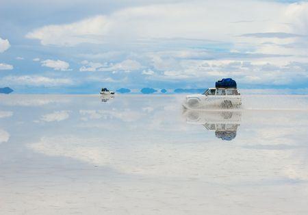 salar de uyuni: jeep in the salt lake salar de uyuni, boliviar Stock Photo