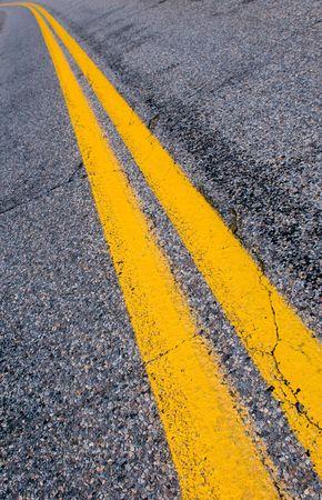 scheidingslijnen: geel scheidings lijnen op de snelweg  Stockfoto