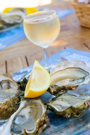 ostra: ostras frescas y un vaso de vino Foto de archivo