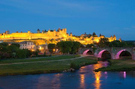 ufortyfikować: Åšredniowieczne miasto Carcassonne w nocy Zdjęcie Seryjne