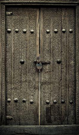 door bolt: de cerca la imagen de las puertas de la antigua Foto de archivo