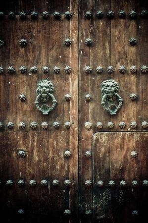 tocar la puerta: Close-up de antiguas puertas de Cartagena de Indias, Colombia