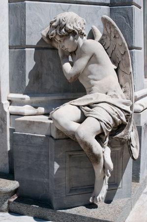 tumbas: Estatua de Angel en el cementerio de la Recoleta, Buenos Aires